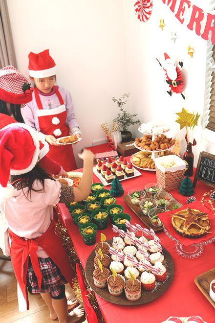 クリスマスパーティー ブッフェ 料理を取りに来る子供たち1