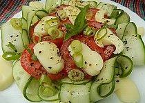 Okurkový salát s rajčaty a sýrem Jadel