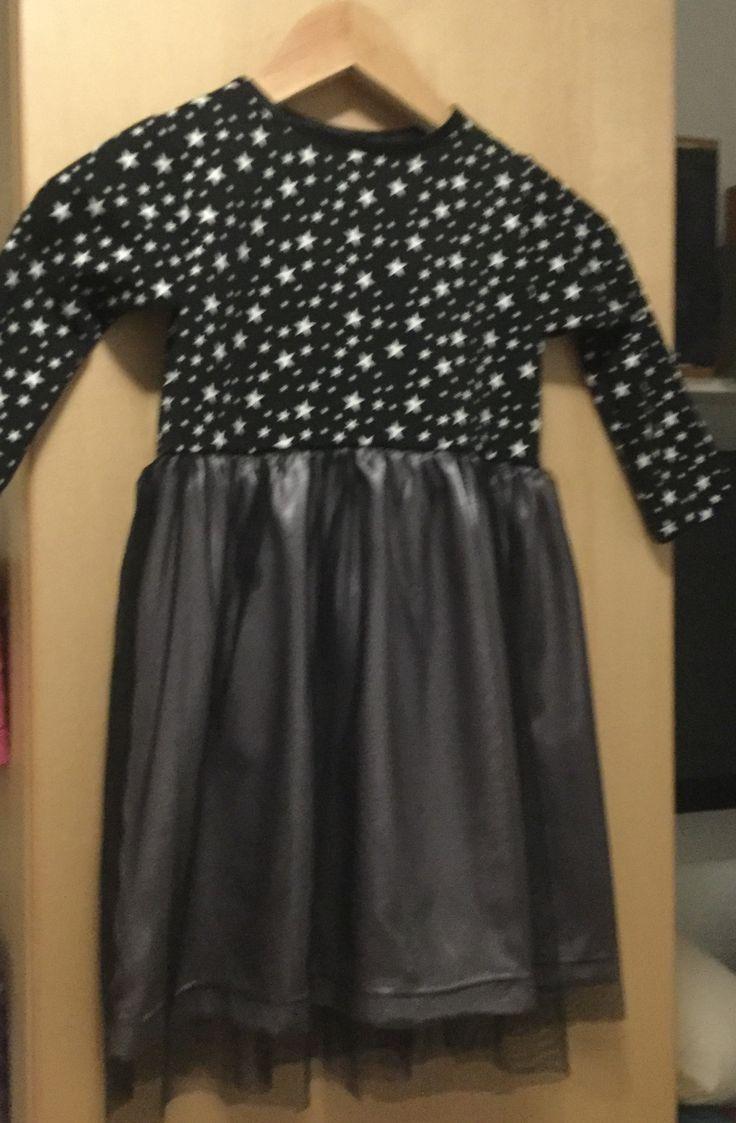 Kjole str. 110. T-shirtmønster kortet af i livet og på syet en bane sølvsatin og en bane sort blød tyl.