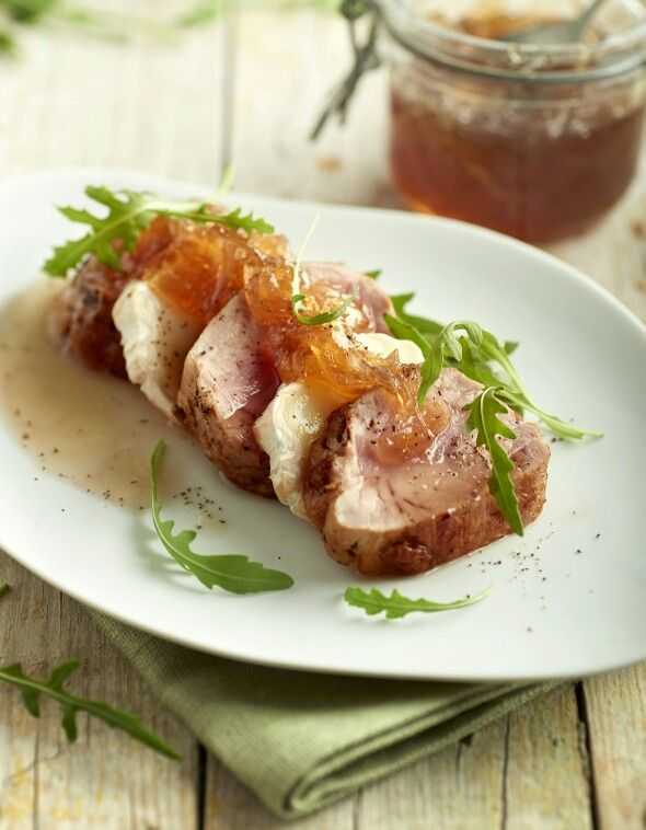 Solomillo de cerdo con queso de cabra y mermelada de cebolla
