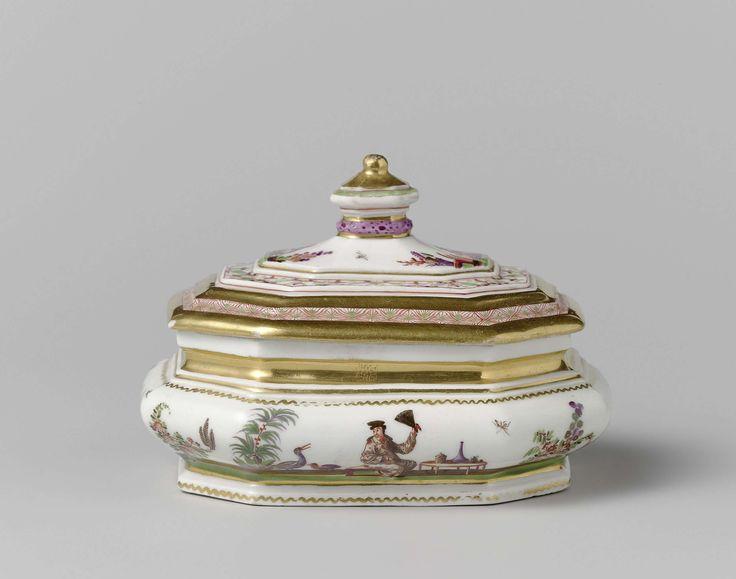 Meissener Porzellan Manufaktur | Sugar bowl, Meissener Porzellan Manufaktur, c. 1725 - c. 1730 | Langwerpige, achthoekige suikerdoos van beschilderd porselein. De wand is gewelfd en is beschilderd met afwisselend bloemen en geknielde of zittende Höroldt-chinezen bij een tafel of een vuur. Het geprofileerde deksel is beschilderd met twee Höroldt-chinezen met een kop in de hand, zittend op de grond in een tuin. Het deksel heeft een achthoekige knop. De suikerdoos is gemerkt.