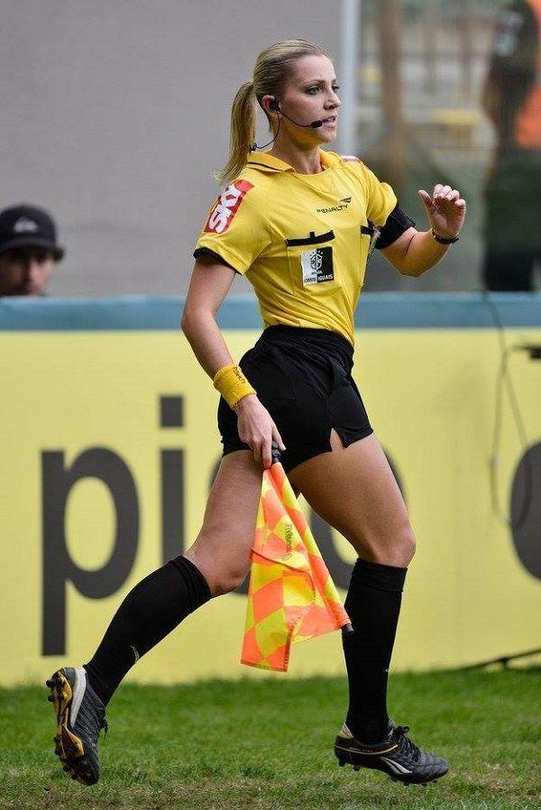 Oto sędzina piłkarska Fernanda Colombo Uliana • Jedna z najpiękniejszych sędzin piłkarskich na świecie • Wejdź i zobacz więcej >> #football #soccer #sports #pilkanozna #futbol #woman