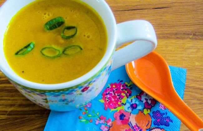 Geweldig lekkere herfstsoep die zowel zoet als kruidig smaakt dankzij de gekarameliseerde wortels en kruiden zoals kerrie, gember en koriander. Check voor het recept www.vertruffelijk.nl Vertruffelijk heeft ook facebook en twitter!