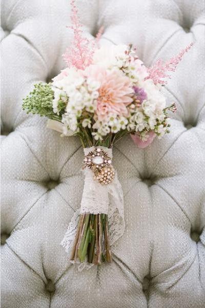 Camafeo para adornar el ramo de novia.  http://www.bodacor.com/iglesiasbodas-zaragoza-huesca-teruel-pamplona/camafeos-alfileres-decorar-tu-ramo-novia