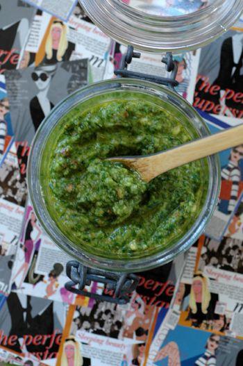 Pesto fanes de radis - Les fanes de la moitié d'une botte de radis, 1 grosse poignée d'amandes, 40 g de parmesan fraichement râpé, 3 cuil. à soupe d'huile d'olive, 2 cuil. à soupe d'huile de colza, 1 gousse d'ail