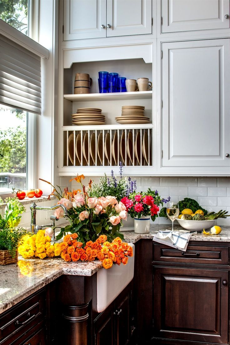 A #traditional #plate #rack #cabinet near the sink displays your beautiful #dishware and makes doing the dishes and easy chore! Dura Supreme Dish Rack #Cabinetry