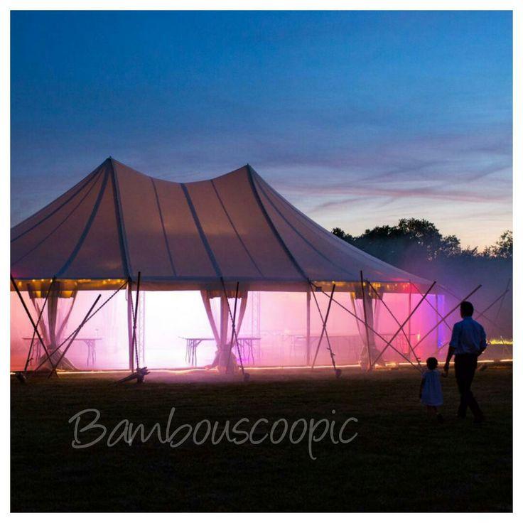 chapiteau bambou mariage. Petit effet de lumière pour le Chapi-Ovale de Bambouscoopic.  Mariage dans une ambiance secrète.