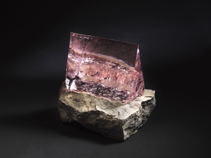 Spirit of stone, 2010, roze glas en porfier, smelttechniek, 37 x 41 x 25 cm (Vladimir Zbynovsky)