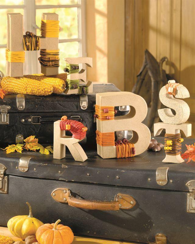"""Herbstliche Dekoration mit Buchstaben aus PappArt (Idee mit Anleitung – Klick auf """"Besuchen""""!) - Warum nicht mal den Herbst """"beim Wort nehmen""""? Die einzelnen Buchstaben lassen sich kinderleicht ganz individuell gestalten. Und diese besondere Herbstdeko ist dann ein schöner Blickfang zum Beispiel auf einer Kommode im Eingangsbereich der Wohnung."""