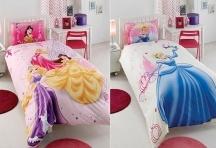 Un nou look pentru camera fetitei... o lenjerie de pat Barby Hapily Ever, explozia de culoare pe care o cautati. Setul contine cearceaf pentru pat, cearceaf pentru pilota cu doua fete si o fata de perna.