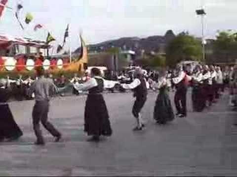 Norway has an unbroken folk music and dance tradition. Since folk music has been passed along continuously from generation to generation. A Noruega tem uma tradição ininterrupta de música e danca folclorica. Desde música folclorica tem sido continuamente ao longo do tempo passa de geração em...  https://www.crazytech.eu.org/norway-folk-dance/