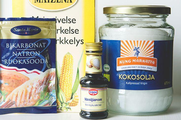 Gör din egen deo Du behöver: (lika delar av allt) – 0,5 dl Kokosolja (kallpressad olja på burk) – 0,5 dl Bikarbonat (tar bort dålig lukt) – 0,5 dl Majsstärkelse (tex. Maizena, suger upp fukt) – ev. några droppar doft/eterisk olja  Kokosolja smälter vid ca 25 grader så det räcker med att ställa burken i ett vattenbad med varmt kranvatten. Ha i lite doftolja om du vill – eteriska oljor finns att köpa hos Organic Makers. Jag tog det jag hade hemma, några droppar vanilj arom.