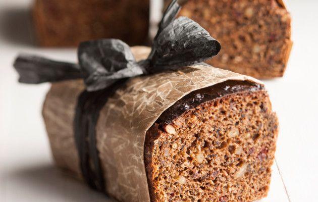 Saaristolaisleipä Nauvosta Lämmitä piimä varovasti ja sekoita piimään murennettu hiiva, siirappi, kaljamaltaat, vehnänleseet, ruisjauhot, suola ja vehnäjauhot. Anna taikinan nousta 1 1/2 tuntia liinan alla. Voitele kaksi kahden litran vetoista, pitkänmallista ja korkeareunaista leipä- tai kakkuvuokaa. Jaa taikina vuokiin. Paista leipiä uunin alimmalla ritilätasolla 175 asteessa 2 tuntia. Kun leivät ovat kypsyneet 1 1/2 tuntia, …