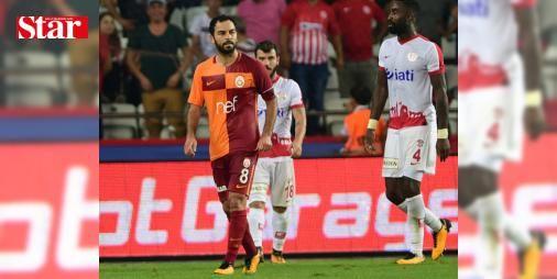 Galatasaray taraftarı, oyuna giren Selçuk İnan'ın Fernando Muslera'dan kaptanlık pazubandını almasına tepki gösterdi: Galatasaray taraftarı, oyuna ikinci yarıda giren ve Muslera'nın verdiği kaptanlık bandını takan Selçuk İnan'a tepki gösterdi.