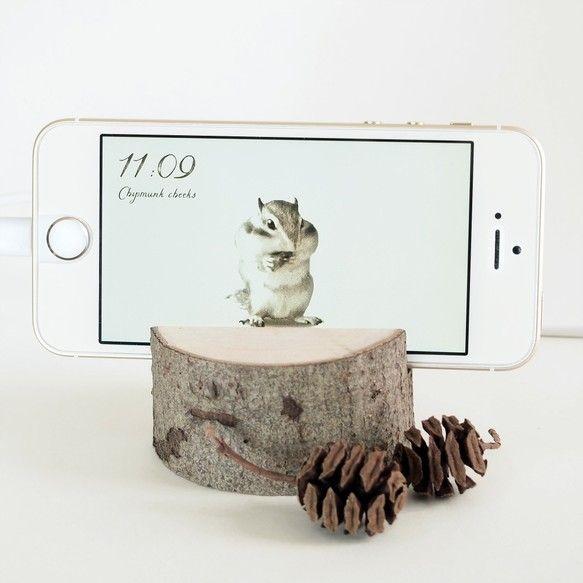 本物の木をスマホスタンドに仕立て、iPhoneやAndroid上で専用アプリを動かして頂くことで、夢中で木の実をかじる、かわいいシマリス君に出会える作品です。実際に動いている様子をご覧下さ↓http://birdsforest.stars.ne.jp/promotion.html専用アプリにはシンプルな時計機能が付いています。充電中やデスクワーク時などに傍らに置いて癒されて頂ければ嬉しいです。※2枚目写真のようなラッピングでお届け致します。ちょっとしたプレゼントにもお勧めしたい作品です。写真のようなメタセコイアの木の実も付いてます。※専用アプリはWEBページへのリンクをアイコンとしてホーム画面に追加して頂くことで擬似的にアプリのように動くものです。中身はWEBページなのでiPhoneやAndoroidなど、どの端末でも動作します。※現バージョンでは一時的に自動ロックを解除する機能はありません。勝手にスリープしないようにするためには手動で設定して頂く必要があります。設定方法などご不明な点はお気軽にお問い合わせ下さい。※iPadなど大きな端末はサイズに無...