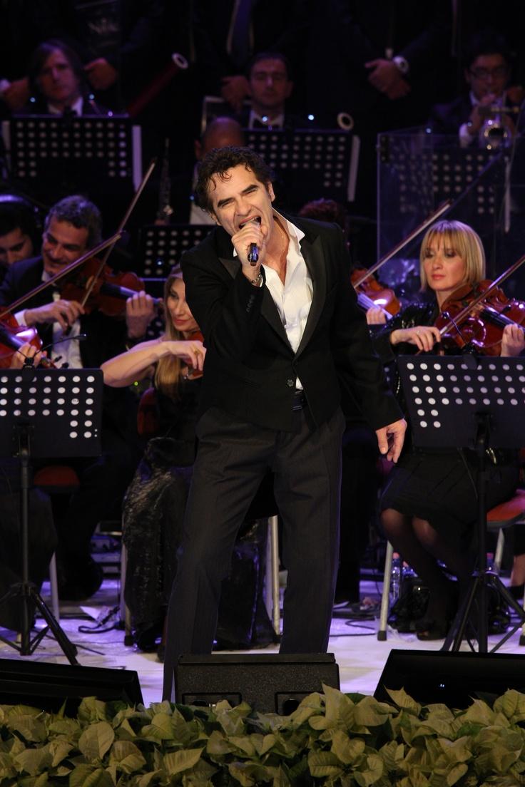 Francesco Baccini è un cantautore genovese tra i più eclettici del panorama musicale italiano, nato a Genova nel 1960