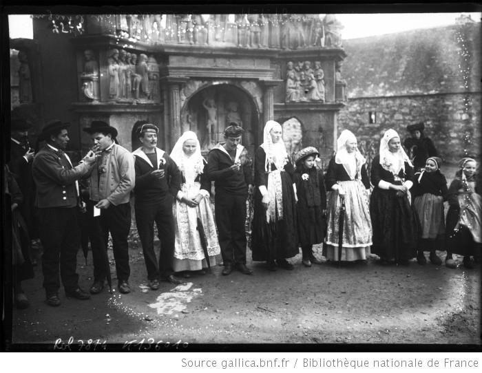 Plougastel, mariés devant le [calvaire], 11-1-10 [hommes et femmes en costume traditionnel breton] : [photographie de presse] / [Agence Rol] - 1910