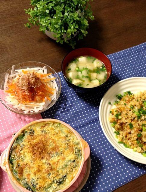 グラタンも魚介の具材にすると、和食に合います! - 1件のもぐもぐ - 帆立とほうれん草のグラタン、和風鮭焼き飯、長芋と人参のおかかサラダ、ふのお味噌汁 by pentarou
