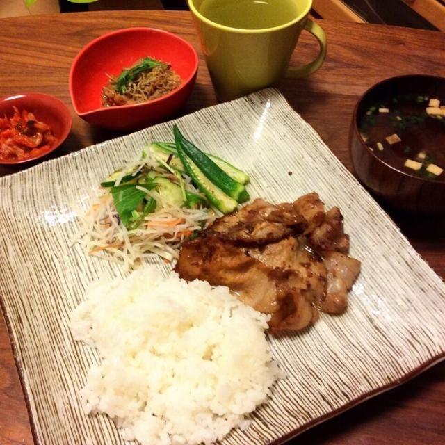 今日の遅夕飯〜    最低限の調理で簡単に(^^;; - 61件のもぐもぐ - 豚肉生姜焼き&サラダ、パリパリちりめんのせ納豆、インスタントの赤だし味噌汁 2015.5.4 by kirahime