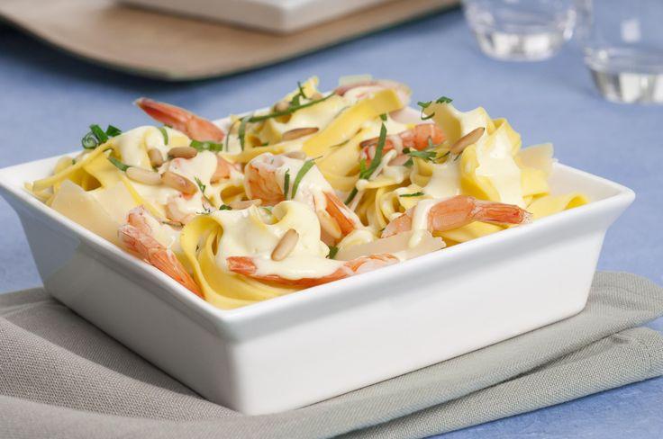Des tagliatelles aux crevettes et au parmesan pour un diner italien.