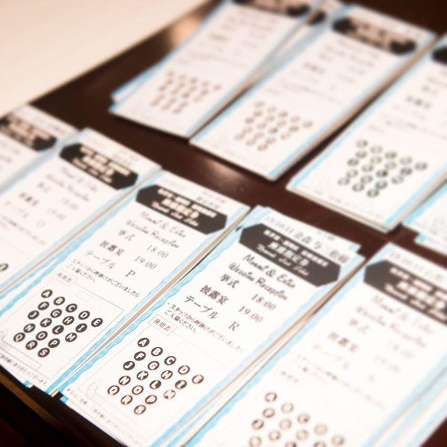 . わかりにくいですが… エスコートカードはBBB風に! 席次表は個人には配布せずに、大きく印刷して別のところに置きました。 表はエスコートカードで席の場所など 二つ折りの中にはメッセージと挨拶文?と住所など 裏はディズニーのtodayを印刷! 不思議な構造です…笑 受付で配布したので、受付が混雑してしまったのは言うまでもない。 しかし、これもこだわりの一つ。 うん、可愛かった。自己満だが。 #結婚式#披露宴#エスコートカード#ディズニー風#手作り