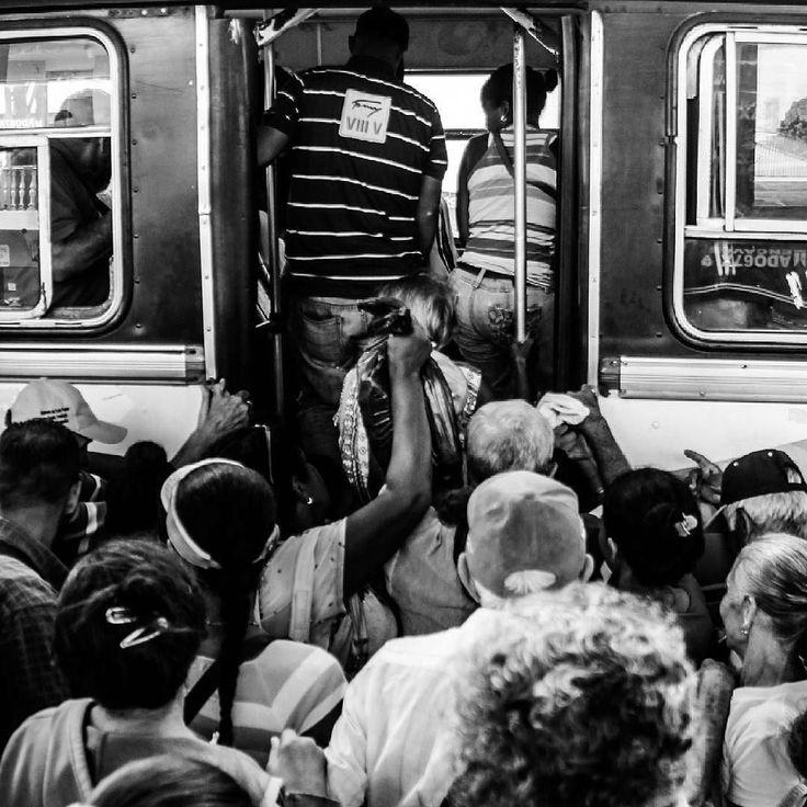 """Del Colapso: Voy a decir esto de la mejor manera en que se manifestarme con fotos. Como si fuera poco lidiar con considerables horas de jornada laboral para llegar hasta nuestro tan anhelado hogar somos sometidos a juegos siniestros por parte del sector transporte.  Que aunque todxs creemos es """"transporte público"""" como acostumbramos a mal llamarlos lo privado se les sale cada vez mas al jugarle tan feo al pueblo por pensar única y exclusivamente en SU bienestar como GREMIO.  Los he visto…"""