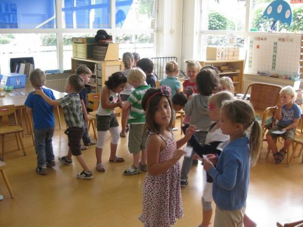 Coöperatieve les mix en ruil. De kinderen hebben hier cijferkaartjes en vertellen aan elkaar welk cijfer er op staat, daarna gaan ze samen overleggen welk getal het grootste getal is. Als ze dit hebben gedaan ruilen ze de kaartjes, bedanken elkaar en gaan op zoek naar een andere kleuter en herhalen de activiteit.