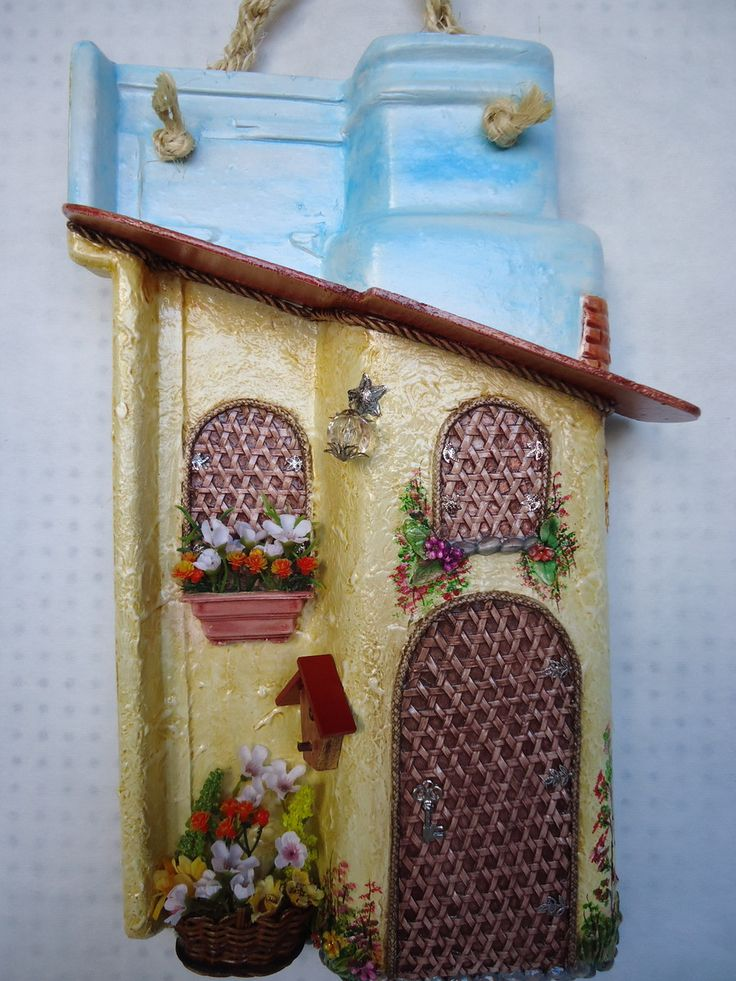 Telha Romana G com Telhado em madeira, portas e janelas em treliça de palha, modelagem em massa epox, casinha de passarinho em madeira, cesta de vime com flores de tecido e bijuterias. Alça em macramê.