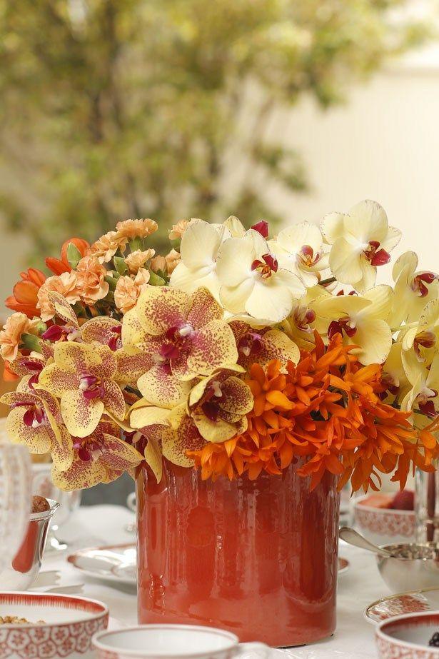 Um lindo arranjo com orquídeas e cravos em tonsamarelos e laranjas, feito pelo querido Marcinho da Milplantas, foi disposto ao centro da mesa em um cachepot daMatisse.