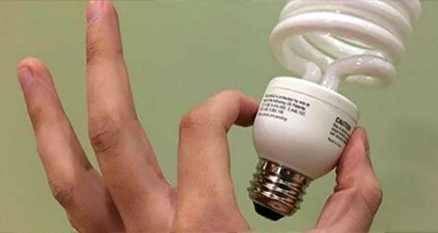 Les ampoules éconergétiques sont nocives pour la santé ! Voici pourquoi il vaut mieux éviter de les avoir à la maison.