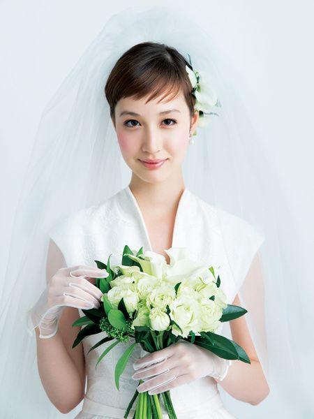 多彩な白花づかいで凜とした雰囲気のなかに主役の存在感をアピール/Front|ヘアメイクカタログ|ザ・ウエディング