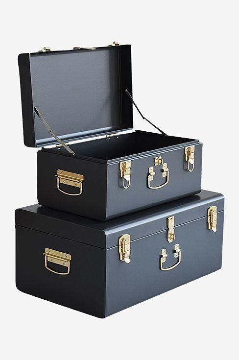 Moderne innredningsoppbevaring med 2 kofferter i lakkert metall. Mål 56x35x25 og 44x27x21 cm.