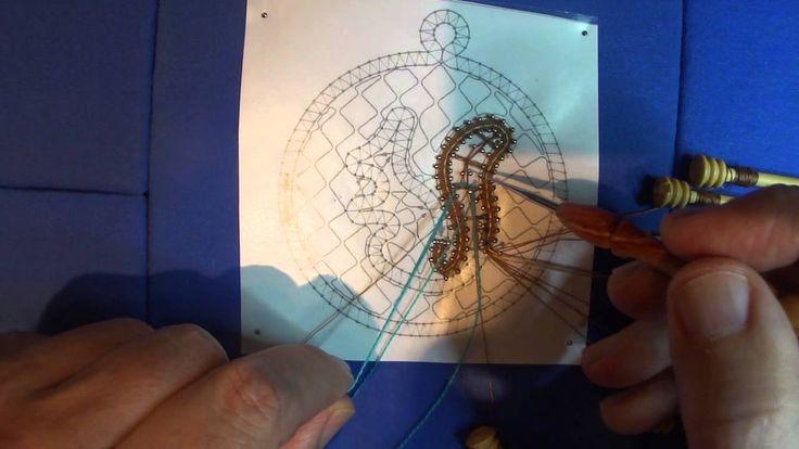 Encaje de Bolillos. Cómo unir trenzas con hilo mágico