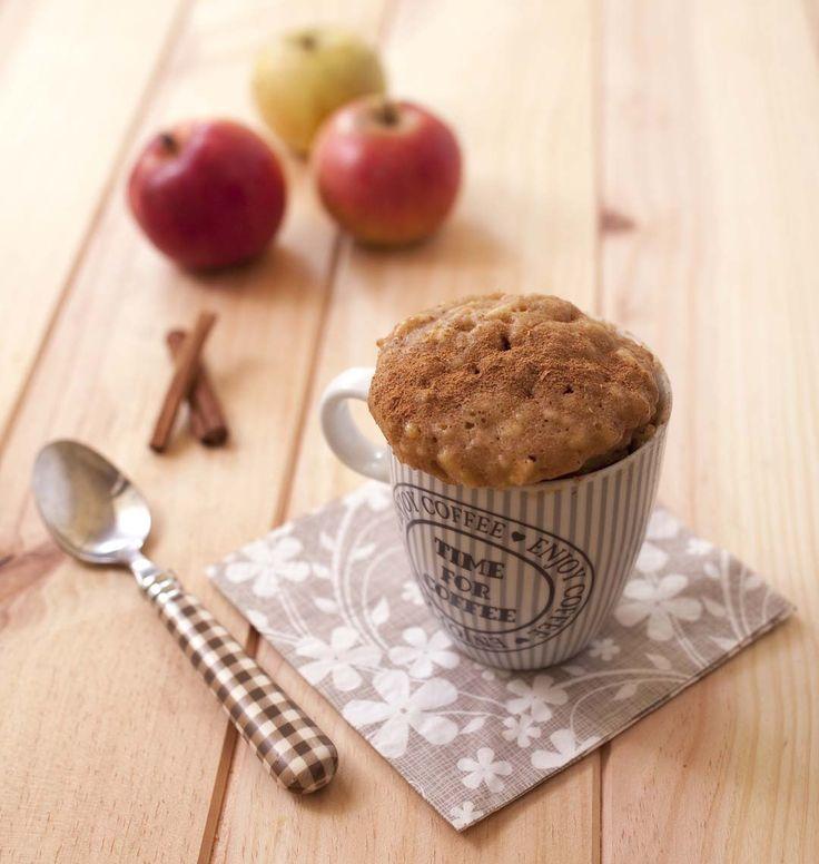 Mug cake pomme cannelle. Et voilà une autre recette de mug cake sucré ! La pomme râpée donne un gâteau très moelleux et la cannelle parfume parfaitement cette petite gourmandise.