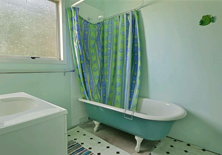 Old bathroom. Sadly we sold the bath. It just wasn't going to work.