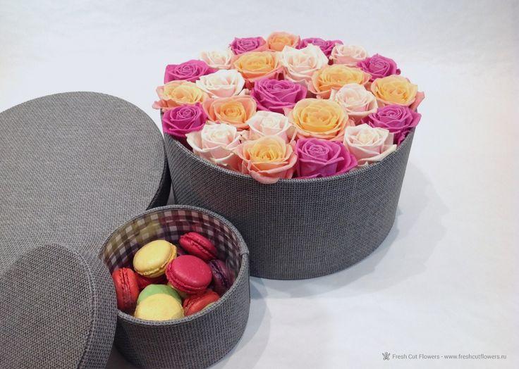 Коробка с розами. Розы и пирожные макаруны.