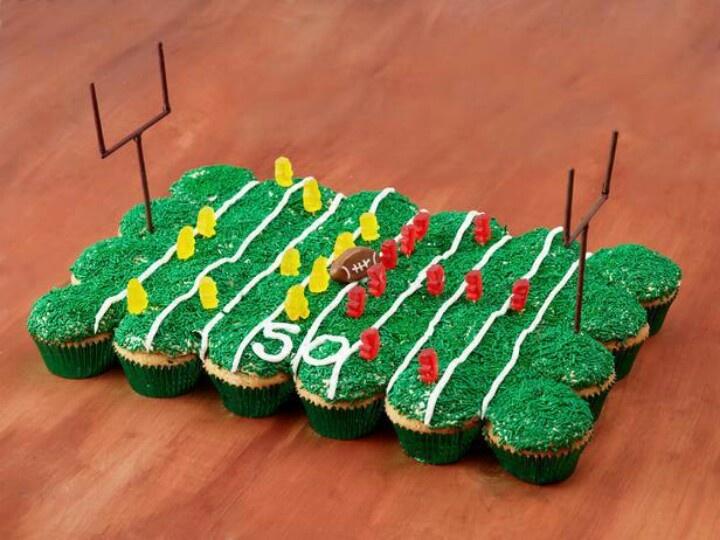 Nur mit Cupcakes geht es auch, einen grünen Rasen mit zwei Teams abzubilden - hier eher American Football...