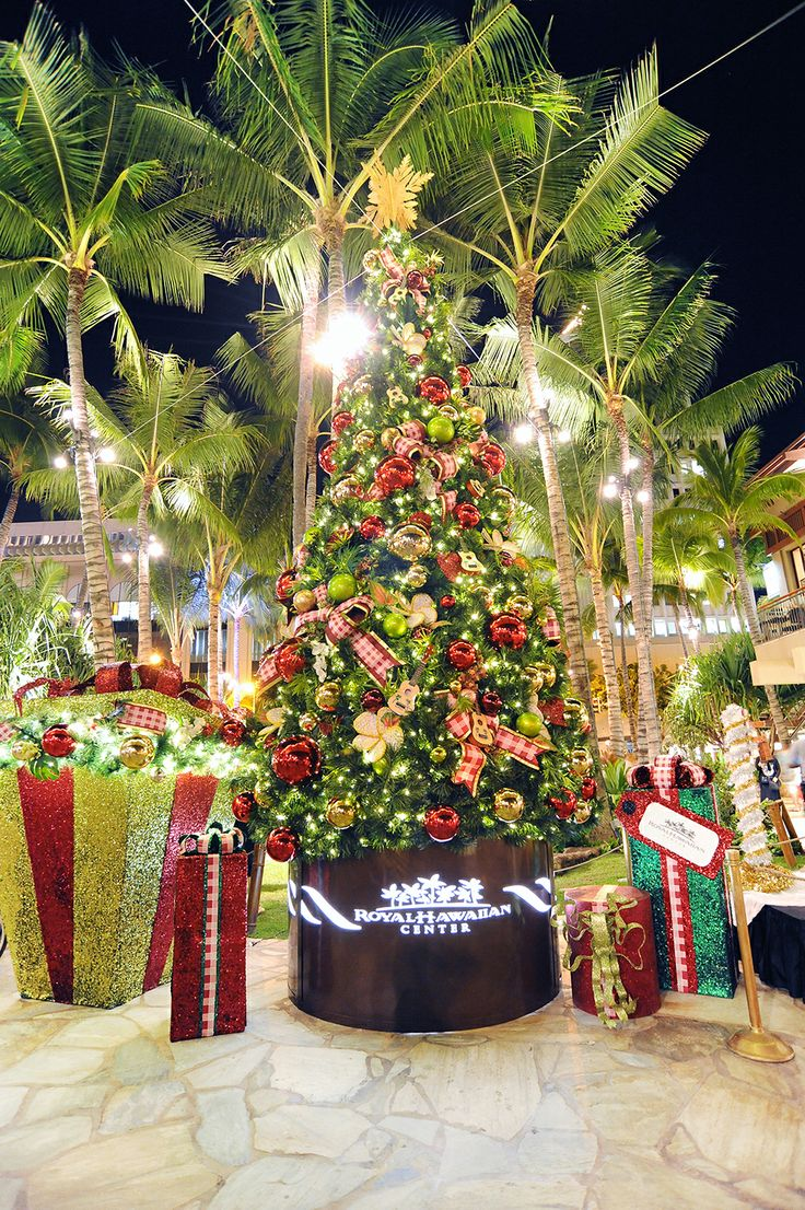 Christmas Tree Hawaii Part - 30: Royal Hawaiian Centeru0027s Christmas Tree Twinkles In The Night.