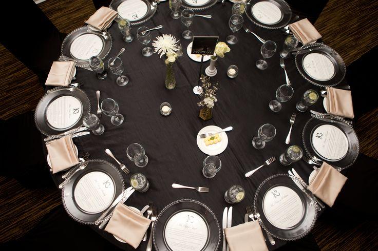 Flowers: @facheflorals || Photo: @amarie_photo || Black Linens, Champagne Napkins, Glass Charger Plates