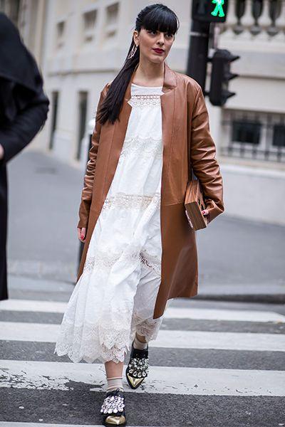 ヴィンテージ風のレースドレスにロング丈のレザージャケットをオン。短いソックスを合わせた、ゴールドのトゥやビジューが輝くフラットシューズで足元にポイントを。|世界のおしゃれスナップ|Fashion|madame FIGARO.jp(フィガロジャポン)