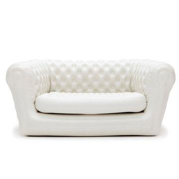 Um sofá inflavel que parece um sofa de verdade! Adorei!!!  Mais um para a wish list!