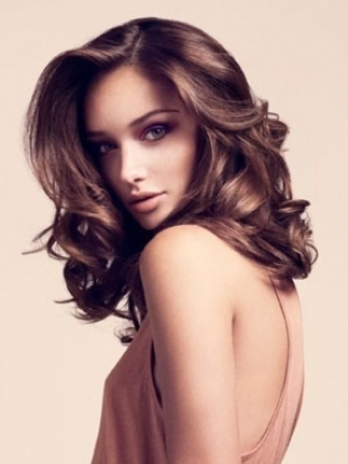 Beautiful soft brown colour hair and gorgeous makeup!   (Click on pic for link to - 10 Ideas For Beach Waves Hair)