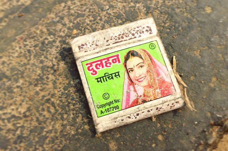 視線を感じた道端のゴミ 道にポイ捨てしまくるインド人に捨てられたマッチ箱 やだ可愛いデザイン  マッチ箱これもまた集め出したらきりがないヤツ 容易に手を出せるけど中毒性が高いヤツ 困るなぁインド . . #india #lifeinindia #life #travel #scenery #kitsch #design #retro #インド #インド暮らし #インドの日常 #暮らし #風景 #旅 #キッチュ #マッチ箱 #デザイン #ダサかわ #レトロ
