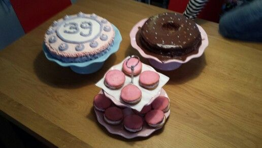 Slagroomtaart met gekleurde slagroom, whoopies met roze glazuur van funcakes icing, chocolade taartjes met ganache.
