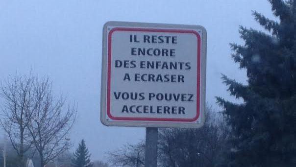 La mairie de Bretenières (Côte-d'Or) a installé un panneau teinté de second degré pour demander aux automobilistes de lever le pied. | DR
