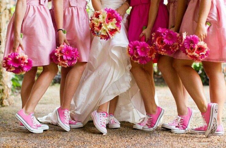 Converse Wedding - Novias y damas de honor con converse? por que no? Cómodas, divertidas y coloristas. Para novias diferentes y divertidas