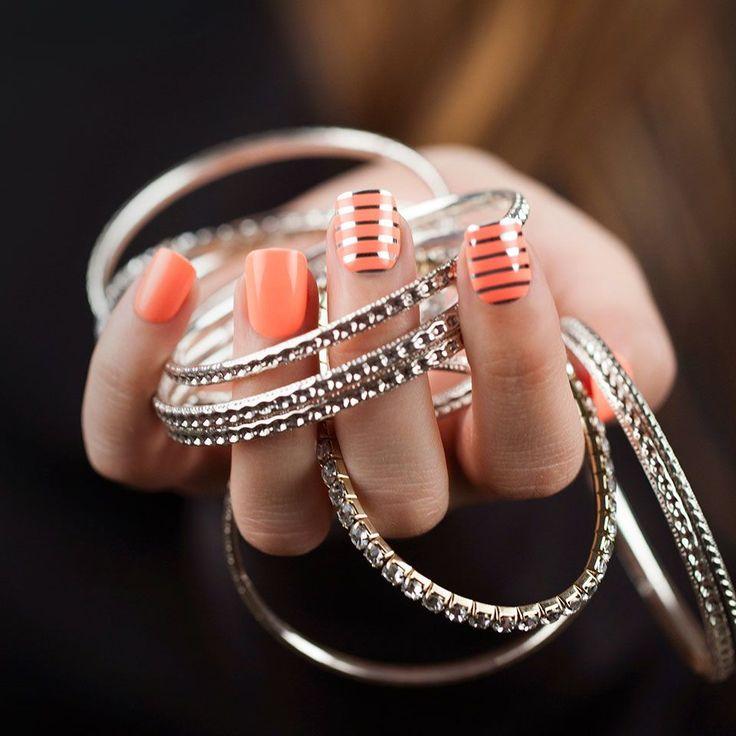 Время вдохновения Вы - за минималистичный, но выразительный декор? Тогда такие простые и удобные в работе элементы декора как маникюрные ленты для дизайна ногтей - ваш выбор! Сегодня мы подобрали для вас дизайн с самыми популярным цветом - серебром! Ноготочки моделеи украшены лентами silver №2: https://odiva.ru/~Gw5CT  #времявдохновения@odivaru
