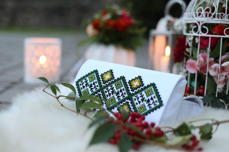 Pochette bianca ricamata con perline