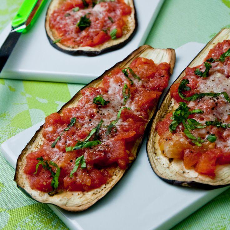 Découvrez la recette Aubergines grillées à la tomate et au parmesan sur cuisineactuelle.fr.