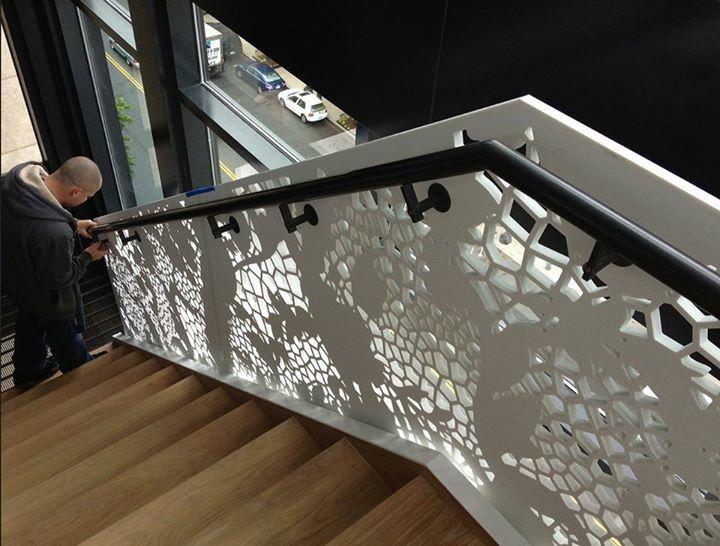 Перила лестницы из акрила. Искусственный камень и современный дизайн созданы друг для друга.  Лестница из искусственного камня. Stair railing made of acrylic. Artificial stone modern design are made for each other. Stairs made of artificial stone.